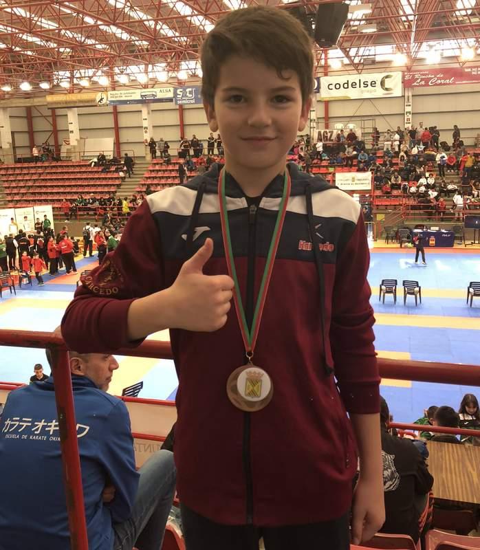 Gabriel Hernández, bronce en la modalidad kumite infantil 0 (0)