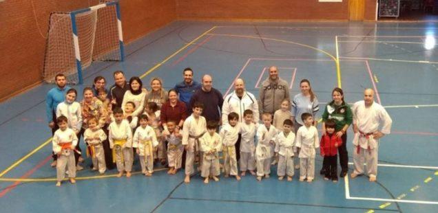 Las veteranas homenajean a Jesús Juan Rubio en el 30ª aniversario de la Escuela de Karate de Humanes