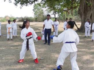 Niñas de India reciben clases de kárate