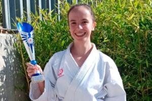 Ainara Arribas se cuelga la medalla de plata en el Regional de Kárate
